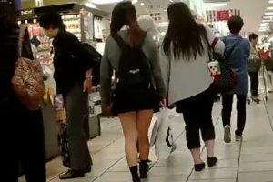 《盗撮》デパ地下でお母さんといっしょに買い物している女子校生を尾行してパンチラを隠し撮り